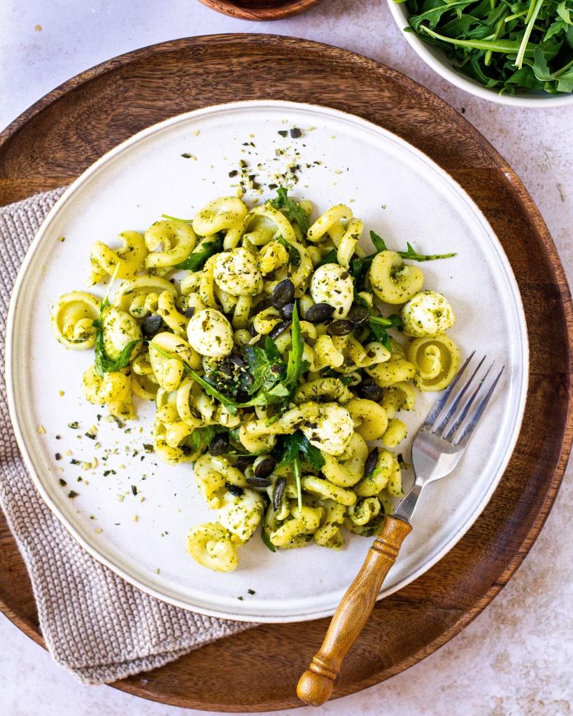 Nudelsalat mit Rucola Pesto und Mozzarella